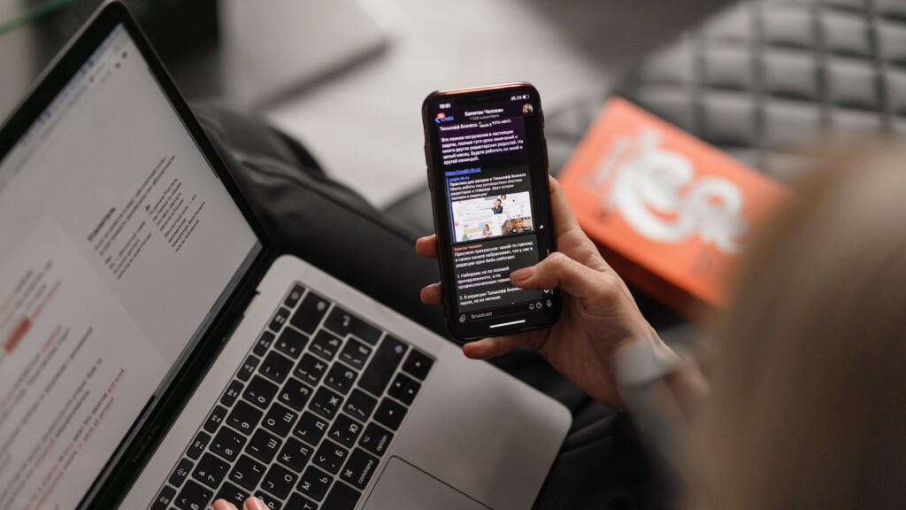 ノートパソコンと携帯電話