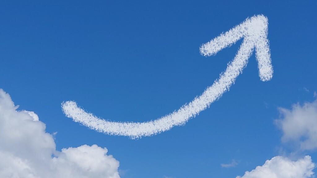 青空に矢印の絵
