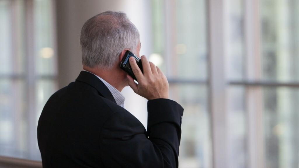 電話している男性