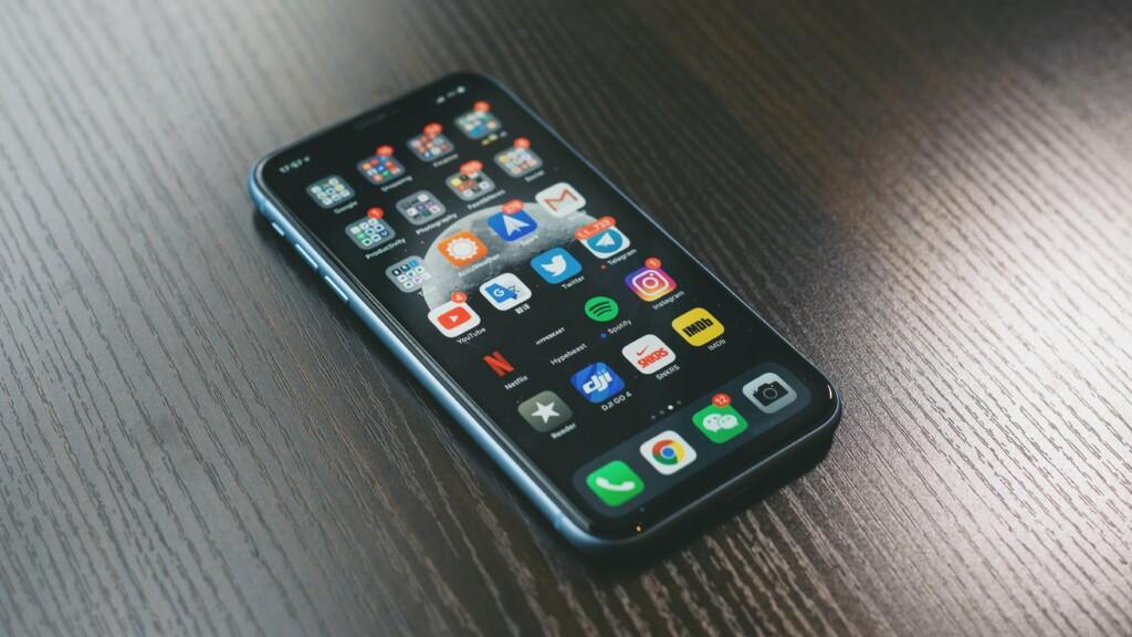 テーブルの上にある携帯
